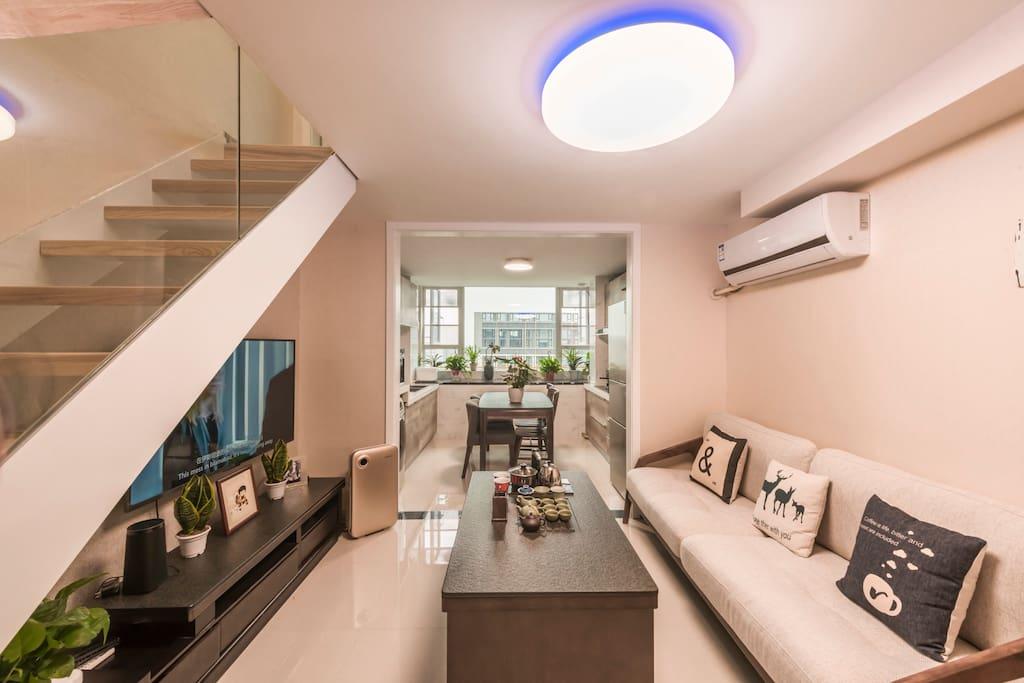 现代简约风格的客厅+开放式厨房