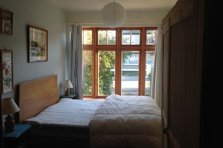 Large bright ensuite double room