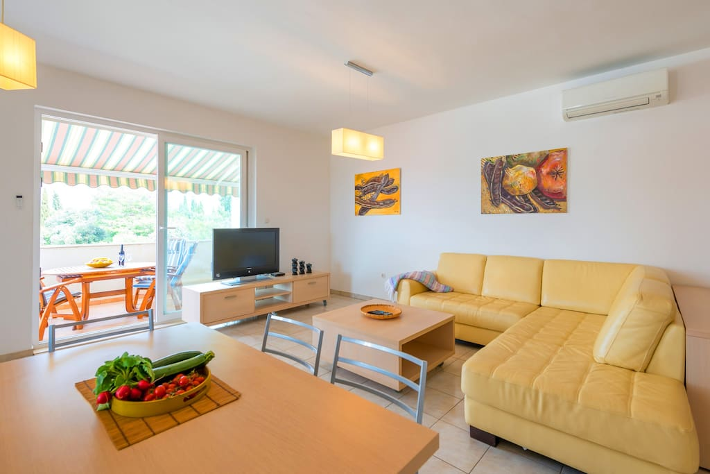 Spacious and comfortable apartment ideal for large families. Free Wi-FI, Sat.TV and A/C