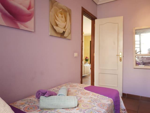 Esta habitacion es comoda, sencilla y acogedora. Elegimos malva y verde para atraer la vixtoria y la emocion. Cuando abres la pueeta, vpuedes sentirlo