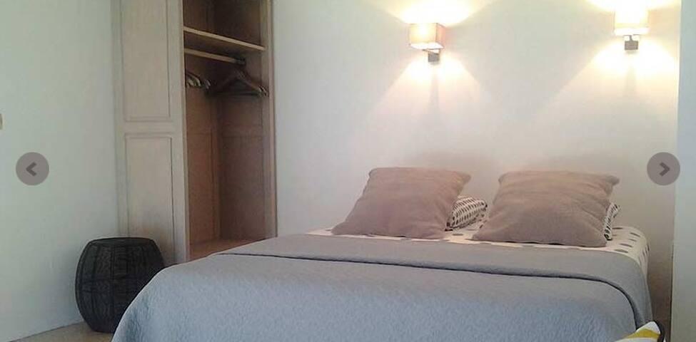 Chambre avec un lit en 160x200 cm