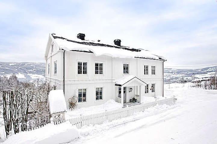 Stor villa nær Hunderfossen, Hafjell og Skeikampen