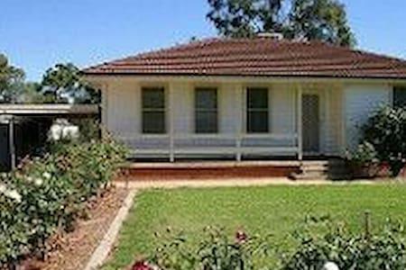 A quaint  old fashion home - Griffith - Rumah