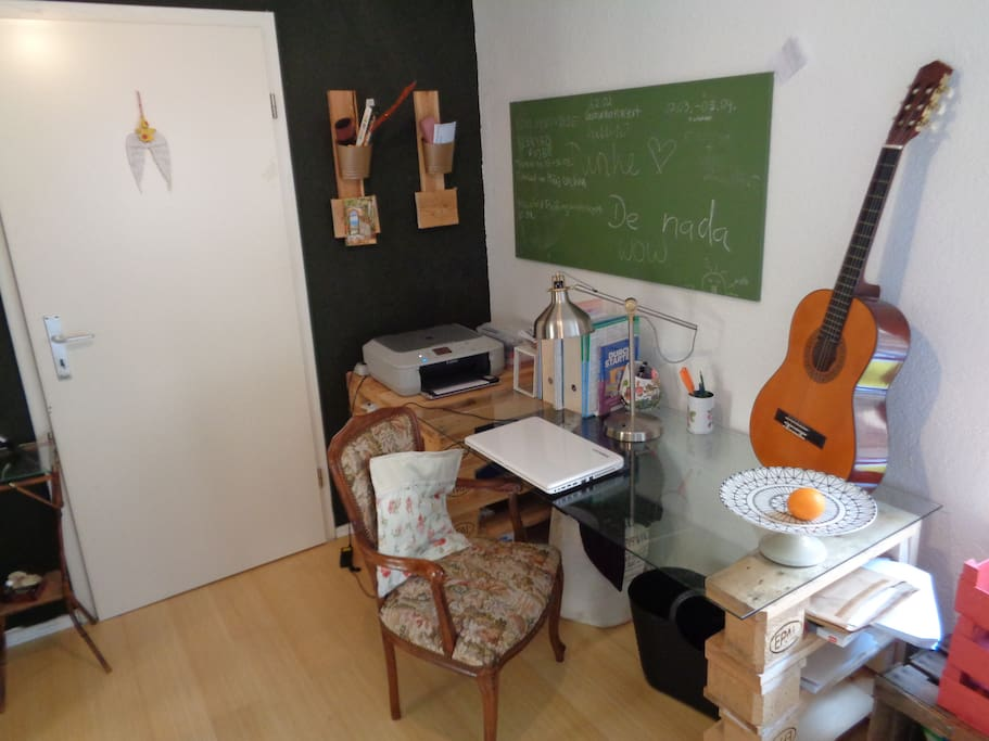 Schreibtisch gegenüber vom Kleiderschrank