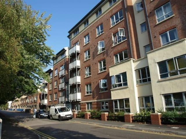 Private & spacious 2 bedroom flat near harbourside