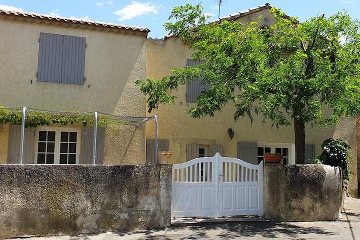 La Maison de l'acacia et sa cour/terrasse
