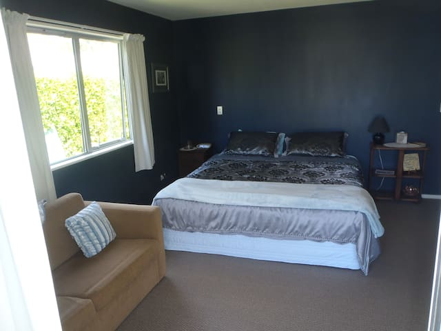 Spacious quiet 'private'room with mountain views - Arthurs Point - Bed & Breakfast
