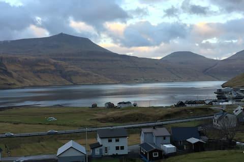 Centralt på Færøerne, hygge og udsigt ved vandet.