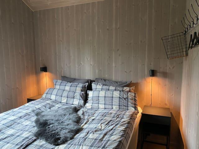 Soveværelse 1  indeholder en stor dobbeltseng på 200x180 cm (boksmadrasser).