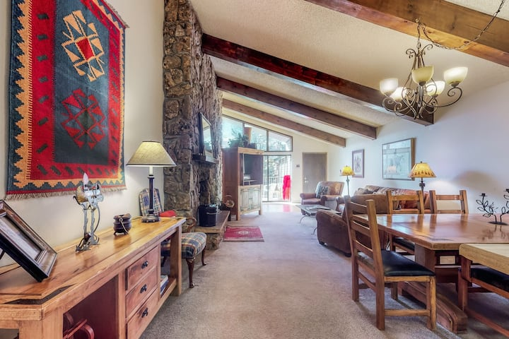 Top-floor mountain view home w/balcony, shared pool, & hot tub. Close to slopes!
