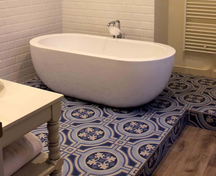 23 m2 room with fancy bath tub/shower, king size bed and street view