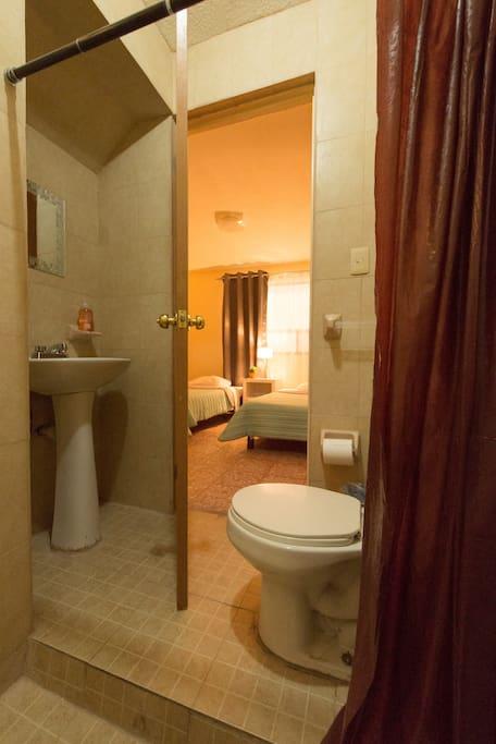 La habitación cuenta con baño completo privado.