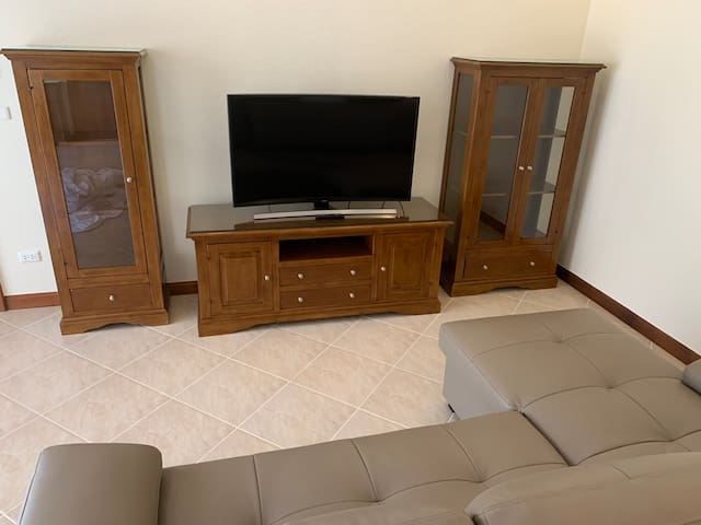 """Living room with 48"""" 4k UHD Smart TV, cable TV and Internet connection"""