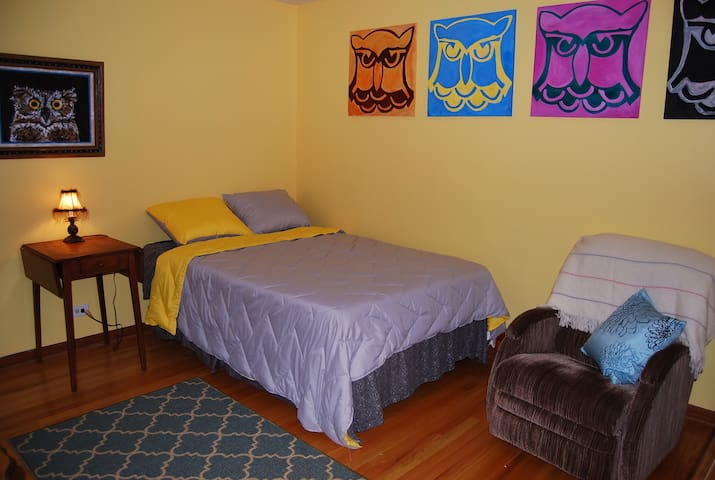 "Private ""Owl"" Room by O'Hare ORD /Rosemont Expo - Schiller Park - Apartmen"