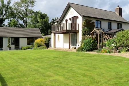 Stones Throw B&B, Llanfallteg - Llanfallteg - Bed & Breakfast