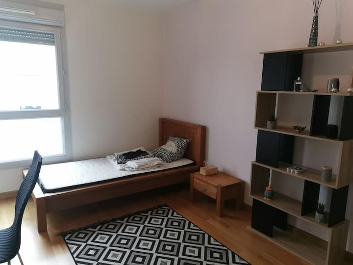 Cosy private room, single or dble bed, Near Gva.
