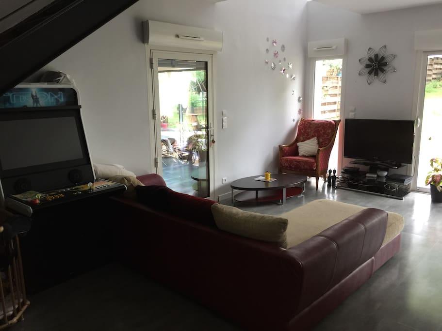 Salon avec canapé télé (canal+ canalsat bein + borne)