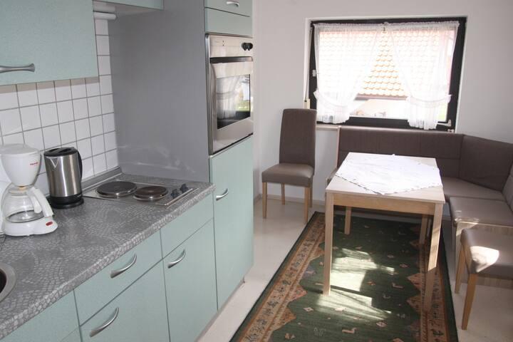 Küche mit Elektroherd, 2 Herdplatten, Kühlschrank, Gefrierfach, Mikrowelle, Wasserkocher, Kaffeemaschine
