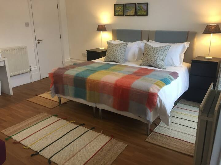 Cozy and Central 2 Bedroom for 4 (refurbished)
