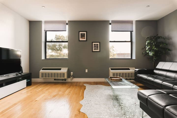 Luxury KING 2br, Airports & Times SQ minutes away