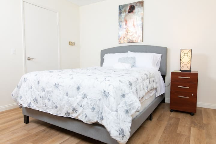Spacious Hollywood One Bedroom Suite-Furnished
