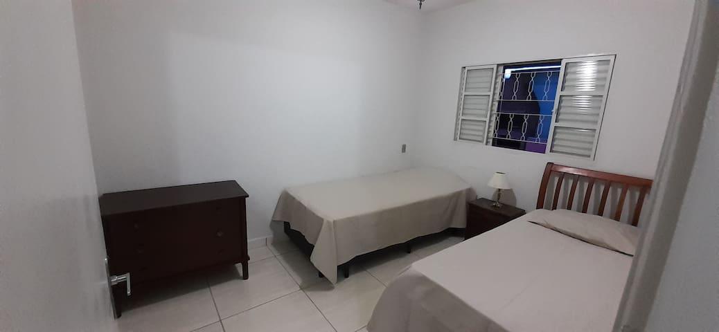 Para dar mais conforto a Família/Grupo de até 4 pessoas, podemos disponibilizar 1 quarto adicional com 2 camas de  solteiro.