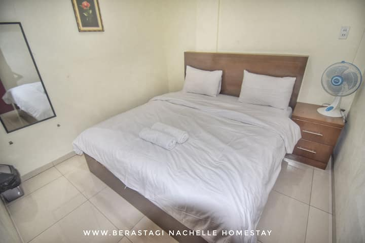 Deluxe room with shared bathroom & hot shower (2)