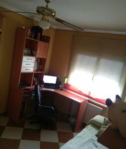 habitacion muy espaciosa con muy buena iluminacion - Socuéllamos