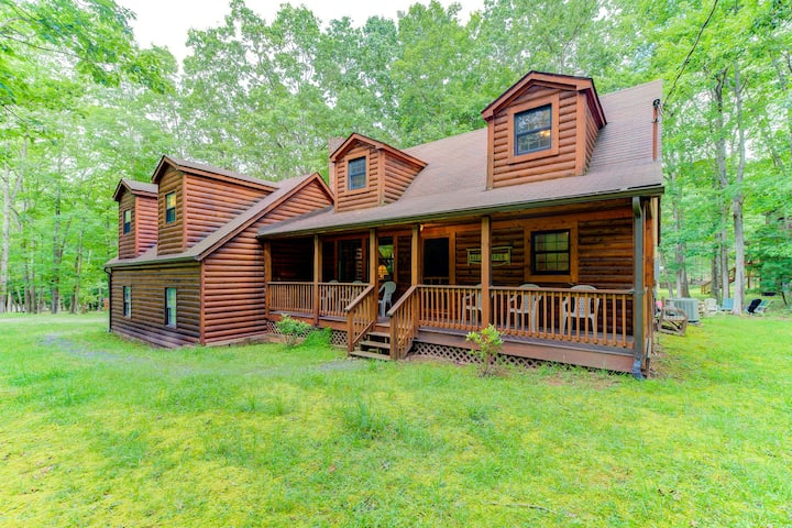 Cozy cabin w/ hot tub, lake access, screened porch, & firepit