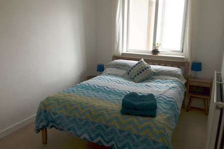 Double room  in Cliff Top House, walk to beach - Porthtowan - House - 1