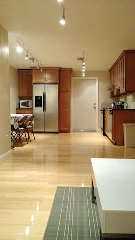 Beautiful Airy Apt w/Parking Downtown - Greenwich - Leilighet