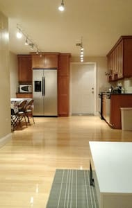 Beautiful Airy Apt w/Parking Downtown - Greenwich - Apartamento