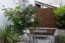 Terrasse 20 m2 avec salon de jardin, très agréable l'été pendant l'apéritif.