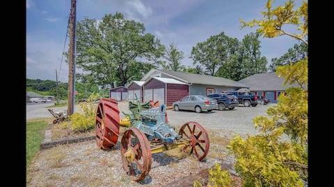 The Barn Lodge Apartment C Near SML & Roanoke