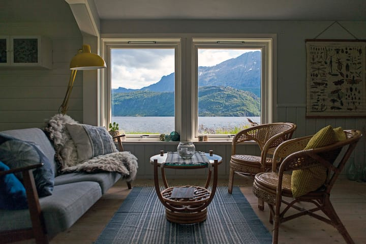 Helle Gard - Idyllic fjordside cabin, glacier view