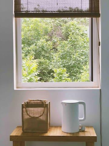 大床房,名为:栖迟,有落地窗还可以看到果园和落日,可以住两人