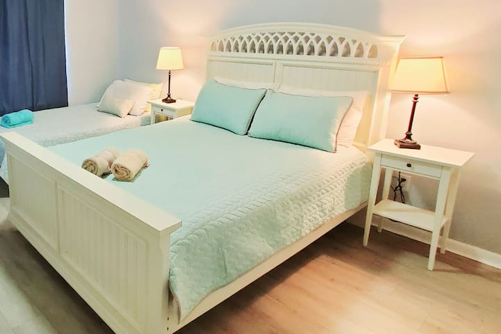 Big Bedroom w/ 2 beds, Cute House, near everything