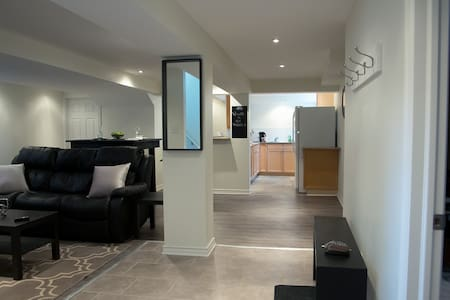 Newly Renovated Two-Bedroom Apartment Close to DT - Ottawa - Lakás