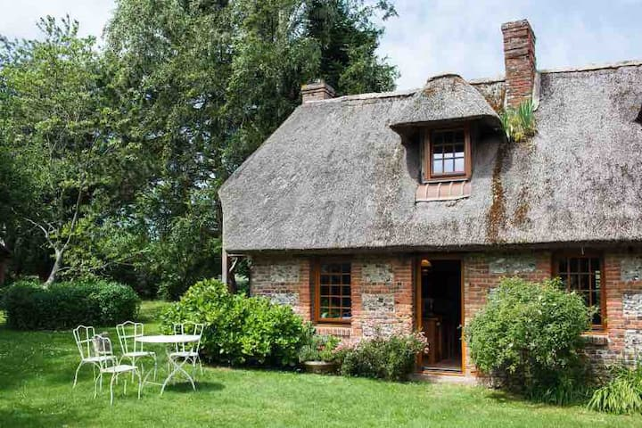 Normand Thatched Cottage - The Green Room