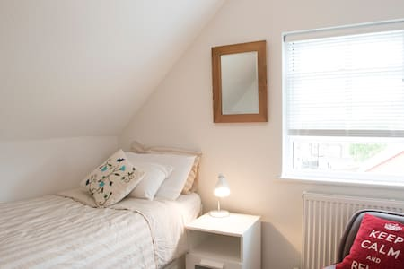 Lovely single room close to station - House