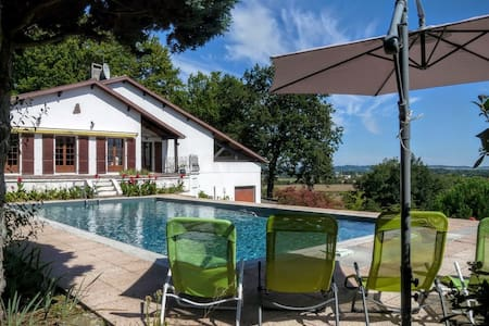 Twin Beds & Private Separate Bathroom near Marciac