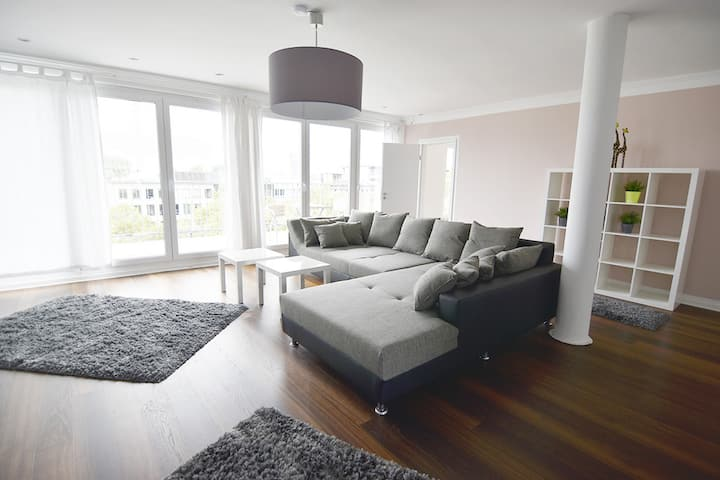 K68 großes 4 Zimmer Penthouse Apartment am Friesenplatz im Herzen Kölns mit Rundumterrasse, Boxspringbetten und gratis W-LAN