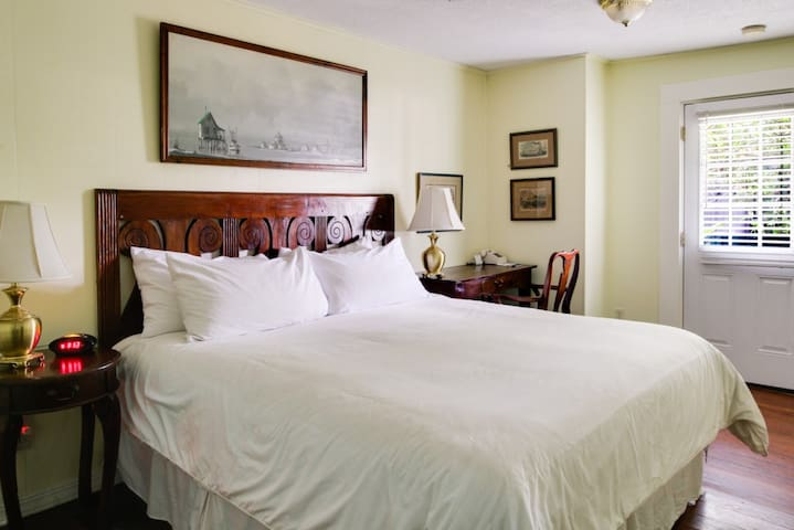 The Heliconia Room - The Green House Inn