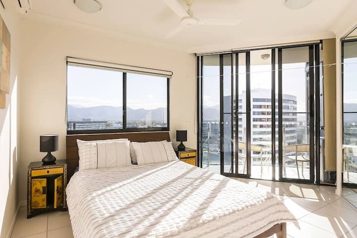 LUXURY QUEEN-BED ROOM with CITY VIEW INNER CITY!!!
