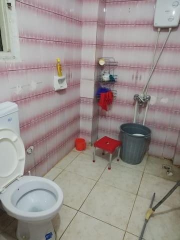 banyomuzda tüm temizlik malzemeleri mevcuttur ve 24 saat sıcak su vardır
