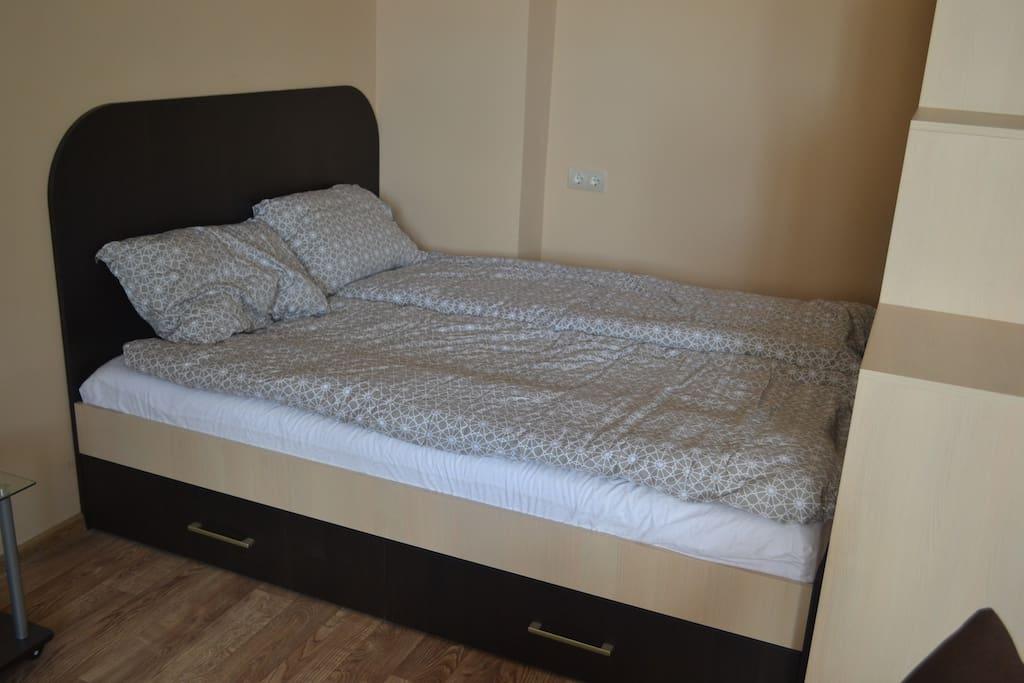 Двуспальная кровать с хорошим матрасом