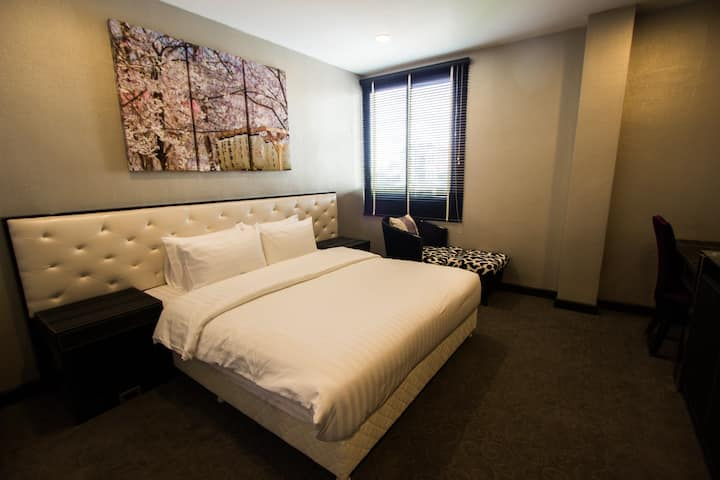 Deluxe Room @ BTS Phrom Phong Sukhumvit Soi 33