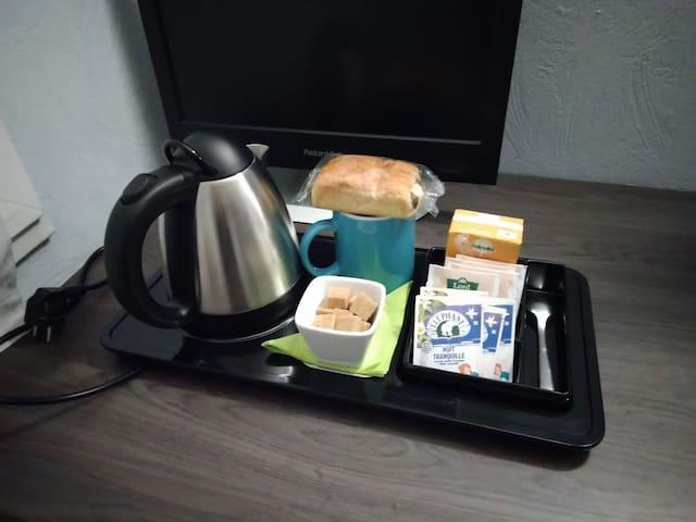 Plateau petit déjeuner offert : thé, infusions, jus de fruits et viennoiserie.