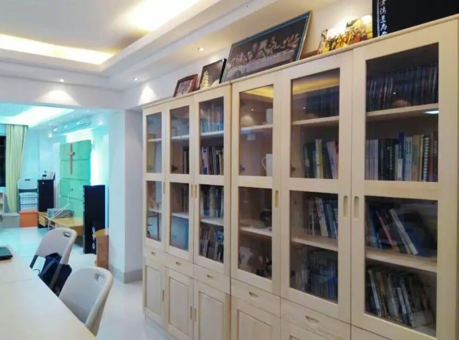 公共区域1-2:房主无偿提供个人收藏书籍供房客租住期间借阅...