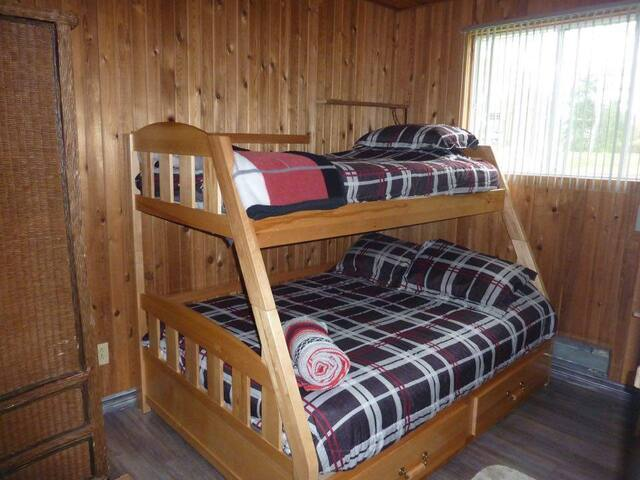 chambre secondaire lit double 54 po.   et superposé simple